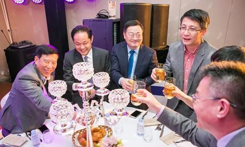 举杯同庆 共享盛宴